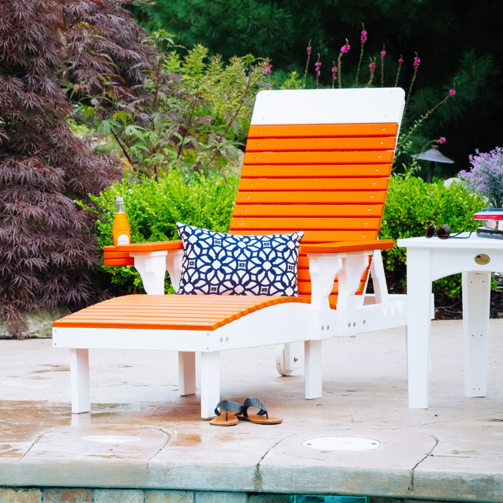 outdoor living chairs with a soda